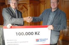 Předávání šeku v Liberci, 7. září 2010. Na fotografii pan primátor Ing. Jiří Kittner a Tomáš Buzín, člen představenstva Teplárny Liberec.